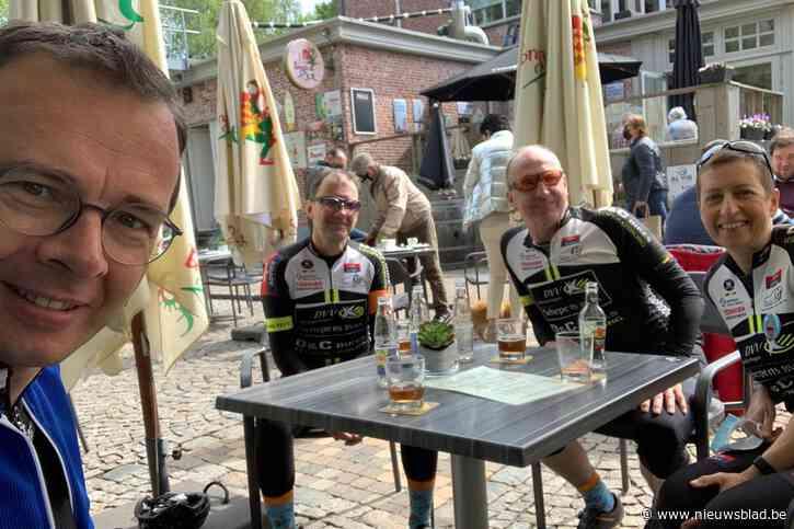 Kampse wielertoeristen op de fiets voor Kom op Tegen Kanker