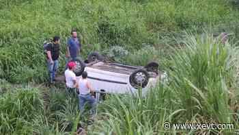 Vehículo se sale de la carretera Villahermosa-Teapa; conductor resulta sin lesiones - XeVT 104.1 FM   Telereportaje