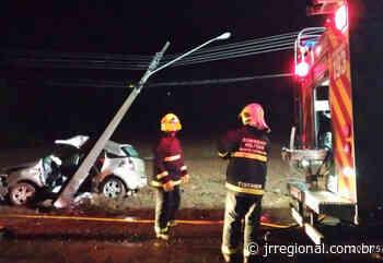 Jovens ficam feridos após poste cair sobre carro em Itapiranga - JRTV Jornal Regional
