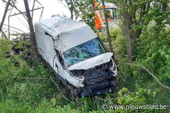 Bestuurder gewond nadat hij met bestelwagen naast E403 belandt - Het Nieuwsblad