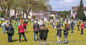 Wadgassen: Protest vor dem Rathaus gegen geplante Waldrodung - Saarbrücker Zeitung