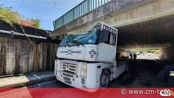 Camião fica preso em viaduto em Oliveira do Bairro e deixa condutor ferido - CMTV