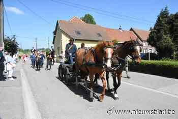 Kruisdragers in kleine Paardenprocessie herdenken met deelname hun overleden broer