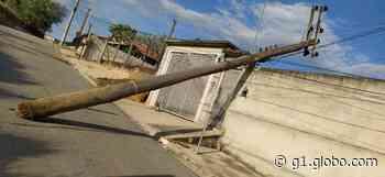 Poste cai e moradores ficam sem energia elétrica em Capela do Alto - G1