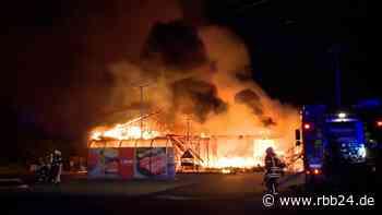 Supermarkt in Ahrensfelde abgebrannt - keine Verletzten - rbb24