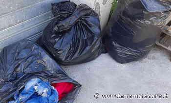 Sacchi di abiti usati abbandonati davanti alla sede CRI di Carsoli - Terre Marsicane - La Voce della Marsica - Terre Marsicane
