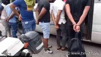 Retienen a 82 personas que participaban de una fiesta clandestina en Pedregal - TVN Noticias