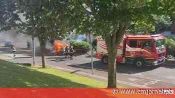 Carro consumido pelas chamas na Amadora - Correio da Manhã