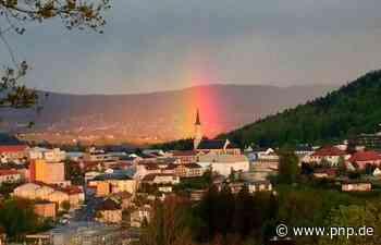 Toller Schnappschuss: Die Kirche in Pink-Gelb-Grün - Passauer Neue Presse