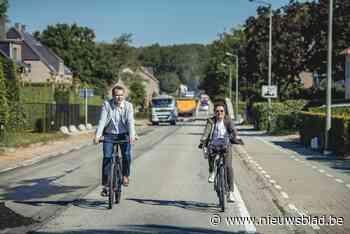 Minister en burgemeester fietsen wegenwerken in As in