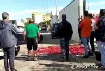 """""""La 'Ferrovia' è morta"""", manifesti funebri e ciliegie in strada a Casamassima: la protesta di un agricoltore – FOTO - Telebari"""