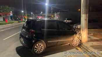 Motorista bate em poste e foge do local, em Tijucas - O Munícipio