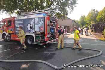 Haag vliegt in brand in Eksel
