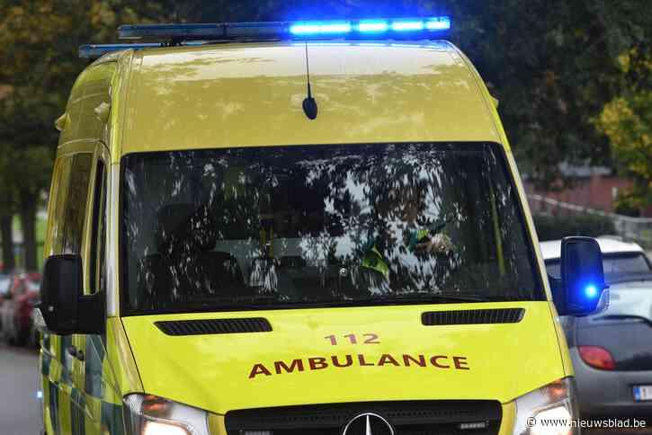 Bestuurder verliest de controle over wagen en komt op flank terecht: drie gewonden onder wie aangereden voetganger