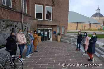 """Stil protest van 'De Dwaze Moeders' tegen onderwijshervorming: """"Onze school mag niet verdwijnen"""" - Het Nieuwsblad"""