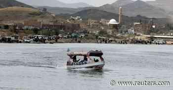 Yemenis find rare leisure time at Sanaa lake - Reuters