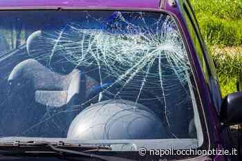 Varcaturo, sfascia il parabrezza di un'auto senza motivo: 22enne nei guai - L'Occhio di Napoli