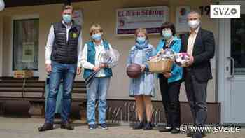 Club am Südring in Parchim: Sehr guten Nachbarn mit einem sportlichen Präsentkorb überrascht | svz.de - svz – Schweriner Volkszeitung