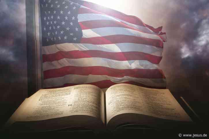 """God bless the USA"": Protest gegen Patrioten-Bibel"