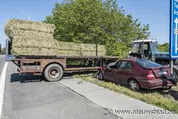 Man kan tractor niet ontwijken die Rijksweg oversteekt naar veld