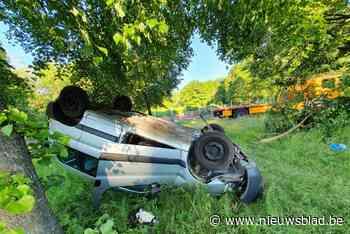 Bestuurder lichtgewond nadat auto over de kop gaat in Opglabbeek