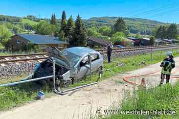 Auto landet auf den Gleisen - Westfalen-Blatt