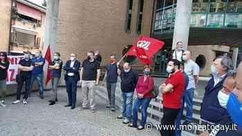 Licenziato per mascherina abbassata: lavoratori, cittadini e politici in piazza ad Agrate Brianza - MonzaToday
