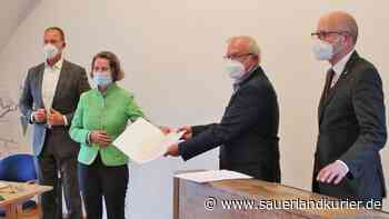 Heimatministerin Ina Scharrenbach überreicht Scheck über 889.076 Euro an Heimatverein Drolshagen - sauerlandkurier.de