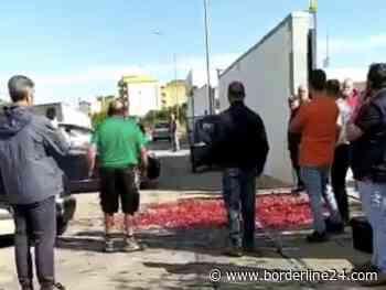 Casamassima, manifesto funebre e ciliegie in strada davanti al Comune: protesta degli agricoltori - Borderline24 - Il giornale di Bari