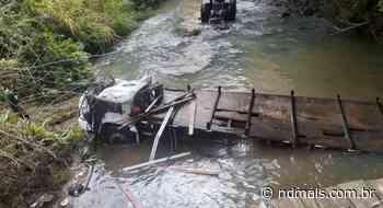 FOTOS: motorista sobrevive após caminhão cair de ponte em Pouso Redondo - ND Mais