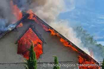 VIDEO. Annecy-le-Vieux : un stock de foin en flammes dans un ancien corps de ferme, une trentaine de pompiers - France 3 Régions