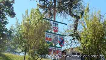 Maibaum in Dornhan - Gemalte Namensschilder schmücken den Stamm - Schwarzwälder Bote