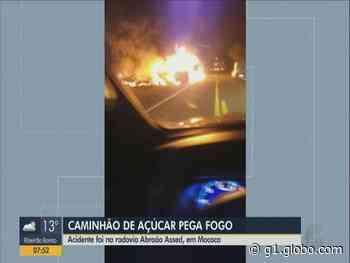 Caminhão carregado com açúcar pega fogo em Mococa após acidente em rodovia - G1