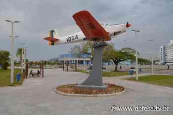 Parque de Material Aeronáutico de Lagoa Santa instala aeronave T-25 em praça da cidade de Tubarão (SC) - DefesaTV