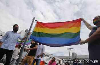 Diputado Gabriel Silva iza bandera del Orgullo Gay - Crítica Panamá