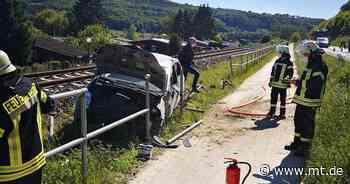 Schwerer Unfall in Uffeln: Auto landet auf Gleis - Mindener Tageblatt