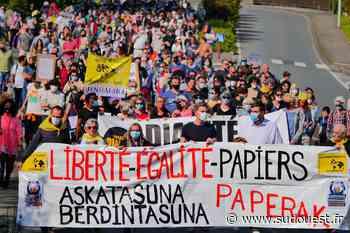 Près d'un millier de manifestants pour soutenir les migrants entre Hendaye et Irun - Sud Ouest