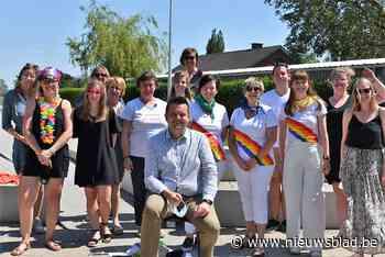Basisschool Sint-Jan wuift dansend directeur Steven Kindt uit