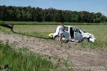 Auto gaat overkop en eindig in gracht (Stekene) - Het Nieuwsblad