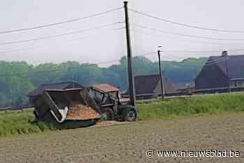 Landbouwer (73) wordt onwel en sukkelt met tractor in gracht