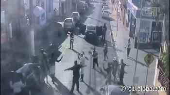 Vídeo mostra clientes rendidos durante assalto a banco em Guariba, SP; houve troca de tiros - G1