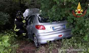 Laveno, auto fuori strada dopo lo scontro: due feriti - La Prealpina
