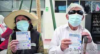 Huancayo: Mujer acude a vacunarse y llevó también a su vecino invidente de 80 años - Diario Correo