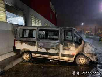 Van estacionada em supermercado pega fogo em Santana do Ipanema, AL - G1