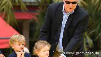 Süß: Fürst Albert II. von Monaco mit seinen Kids im Museum - Promiflash.de