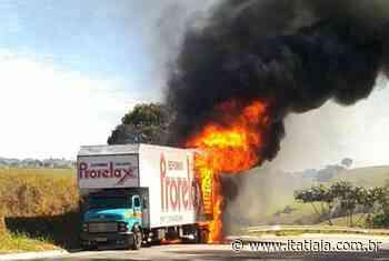 Caminhão carregado com espuma pega fogo na BR-459, em Pouso Alegre, no Sul de Minas - Rádio Itatiaia