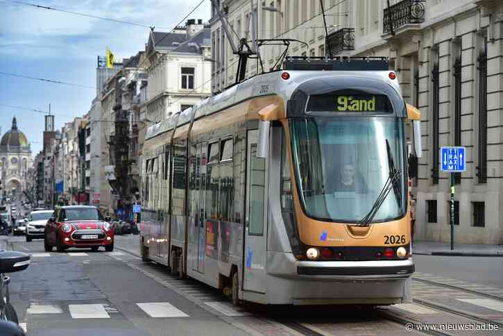 Tramverkeer onderbroken nadat kraanwagen bovenleiding losrukt