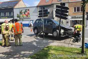 Wagen zwaar beschadigd na botsing met twee palen