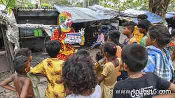 FOTO: Kala Badut Bantu Anak-Anak Mumbai Melawan COVID-19 - Liputan6.com