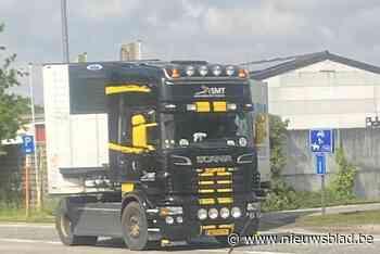Vrachtwagens rijden zich vast op landbouwwegen